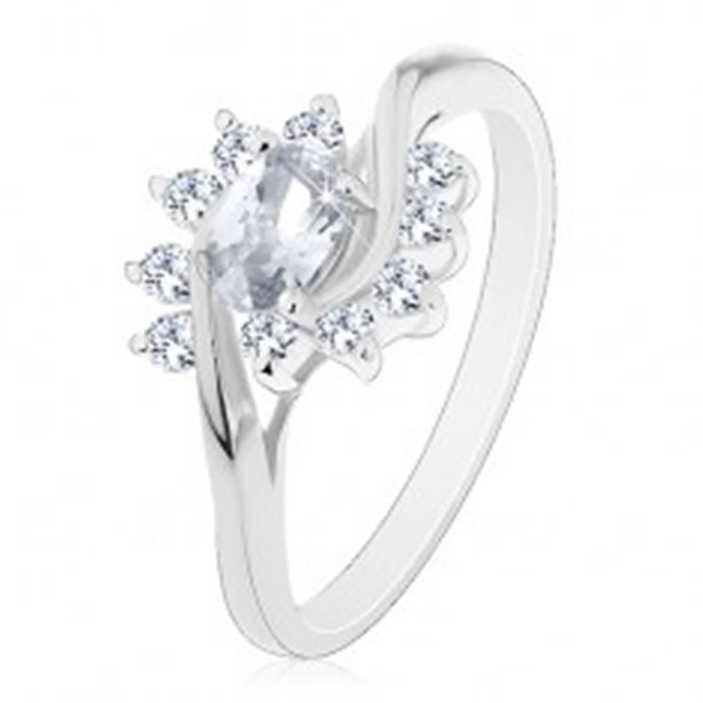 Šperky eshop Ligotavý prsteň v striebornom odtieni, číry zirkónový ovál a oblúčiky - Veľkosť: 48 mm