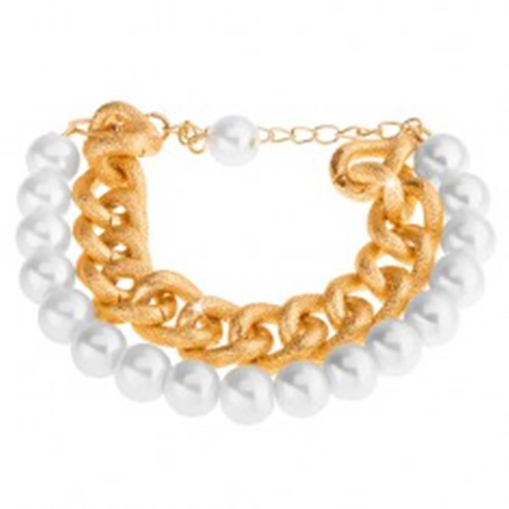 Šperky eshop Náramok z korálok perleťovo bielej farby a masívnej retiazky v zlatom odtieni