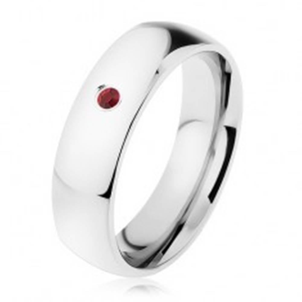 Šperky eshop Obrúčka z chirurgickej ocele, strieborná farba, širšie oblé ramená, červený zirkónik - Veľkosť: 49 mm