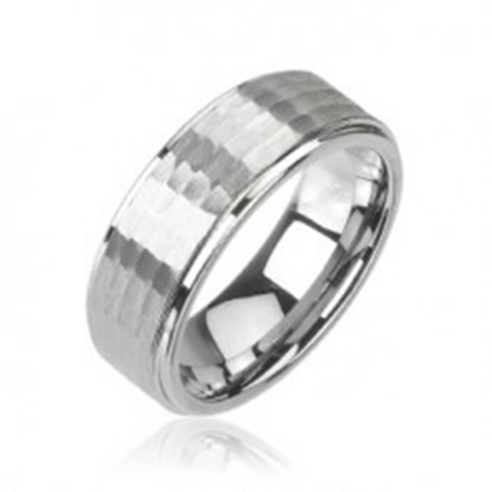 Šperky eshop Obrúčka z volfrámu striebornej farby, brúsený vzor, 8 mm - Veľkosť: 49 mm