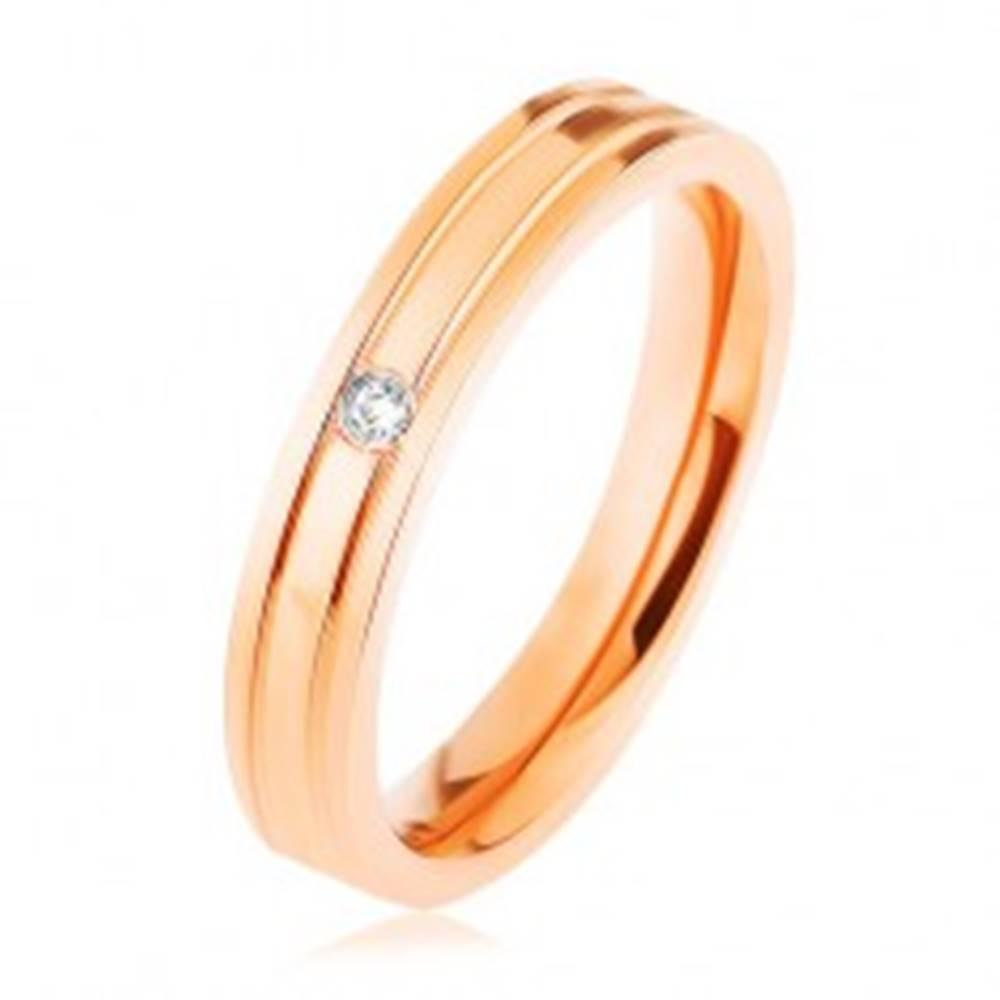Šperky eshop Oceľová obrúčka medenej farby, dva vodorovné zárezy, číry zirkónik - Veľkosť: 48 mm