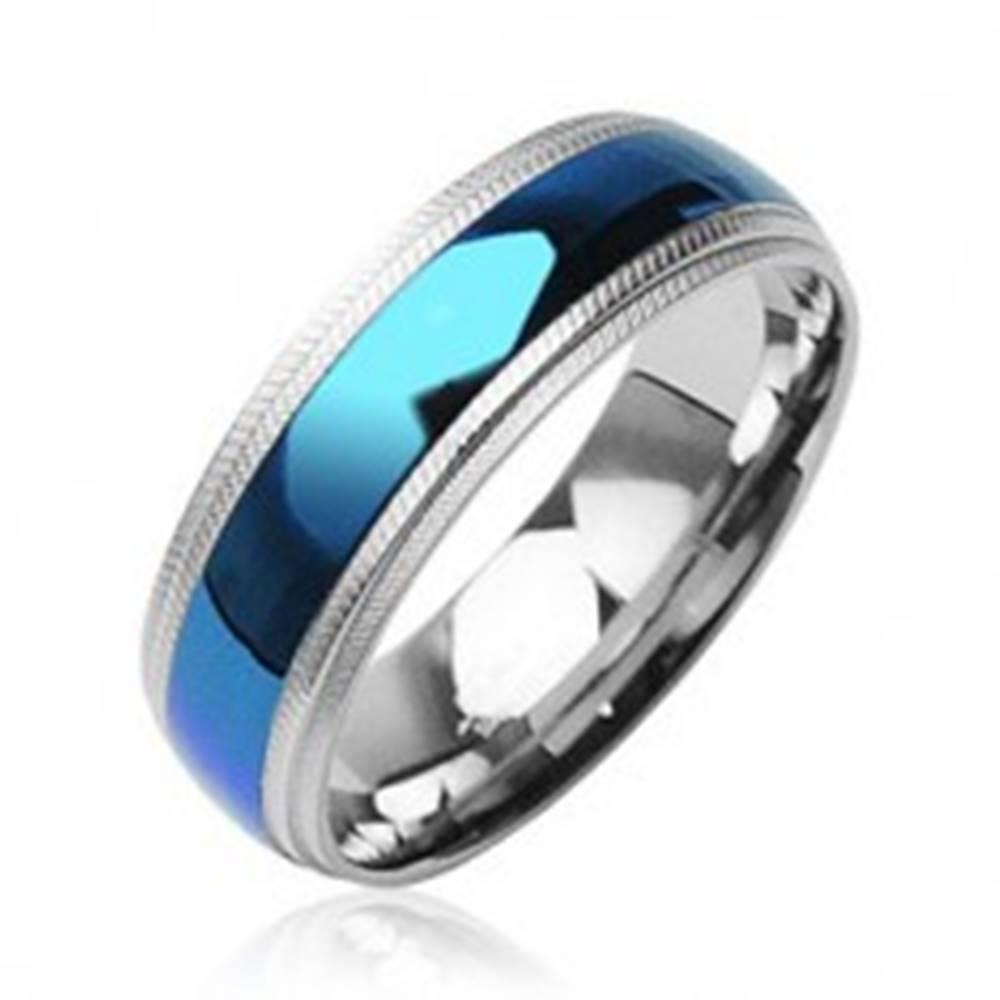 Šperky eshop Oceľový prsteň - modrý pruh v strede, vrubkované okraje - Veľkosť: 59 mm