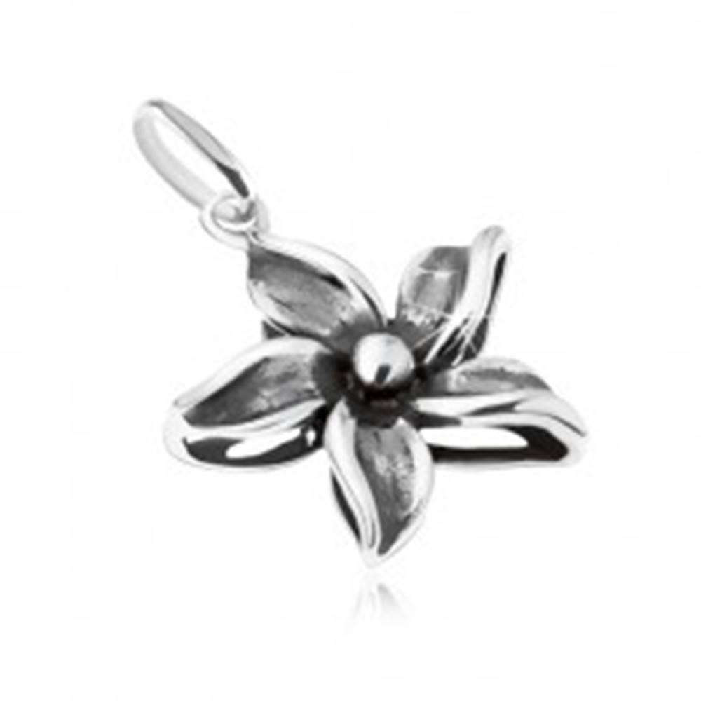Šperky eshop Ozdobne patinovaný prívesok kvetu, striebro 925