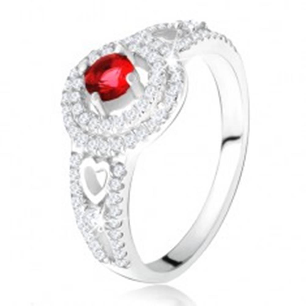 Šperky eshop Prsteň - červený kamienok s dvojitým zirkónovým lemom, srdcia, zo striebra 925 - Veľkosť: 49 mm