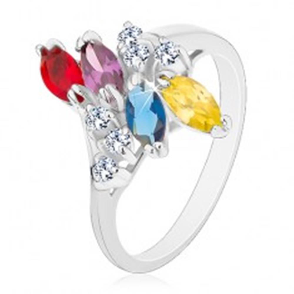 Šperky eshop Prsteň s lesklými ramenami striebornej farby, farebné zrnká a číre zirkóniky - Veľkosť: 54 mm