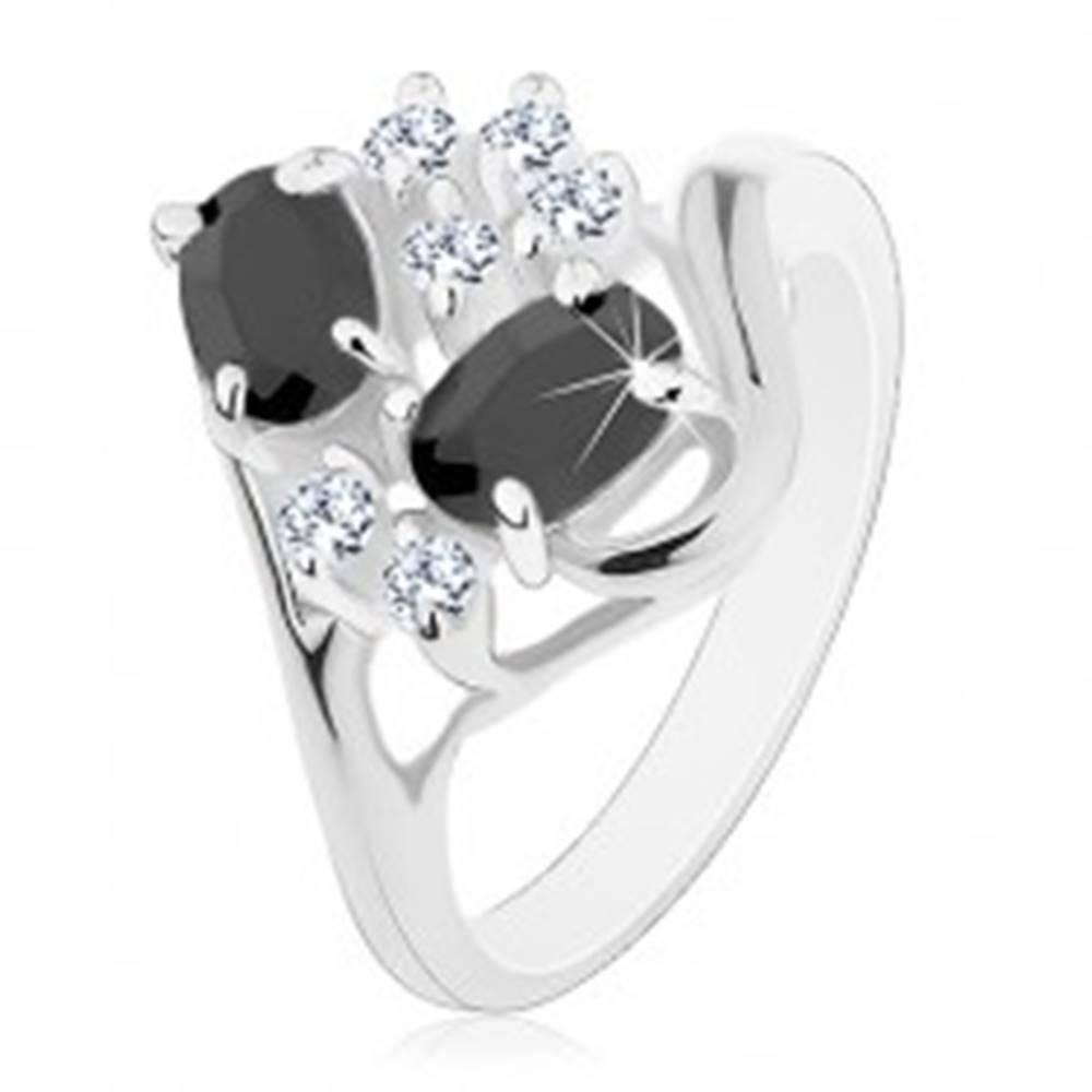 Šperky eshop Prsteň striebornej farby, rozdelené ramená, čierne ovály, číre zirkóniky - Veľkosť: 49 mm