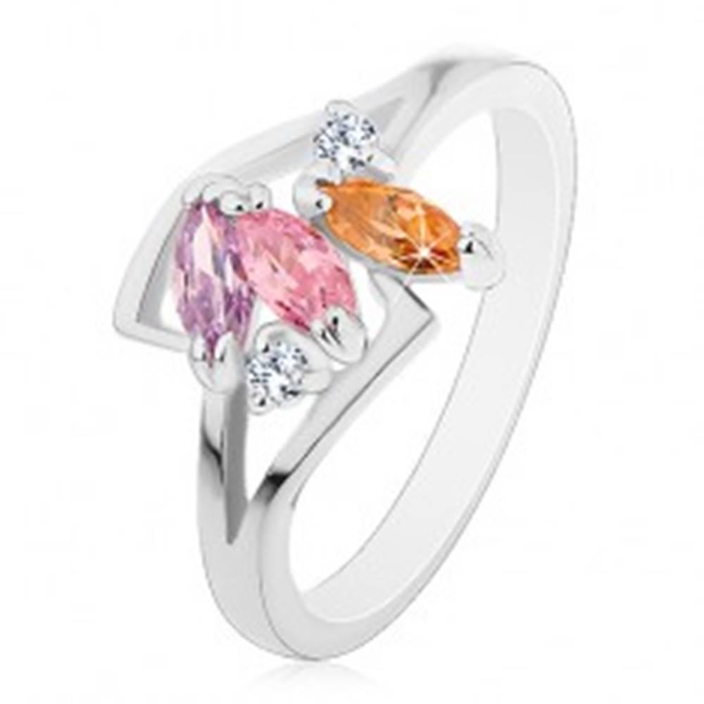 Šperky eshop Prsteň striebornej farby, tri farebné brúsené zrnká, lesklé rozdelené ramená - Veľkosť: 55 mm