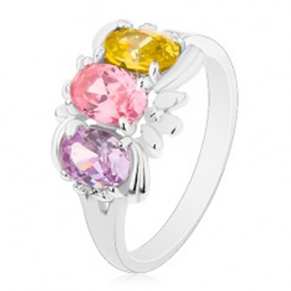 Šperky eshop Prsteň v striebornej farbe, tri farebné ligotavé ovály a drobné lístky - Veľkosť: 59 mm