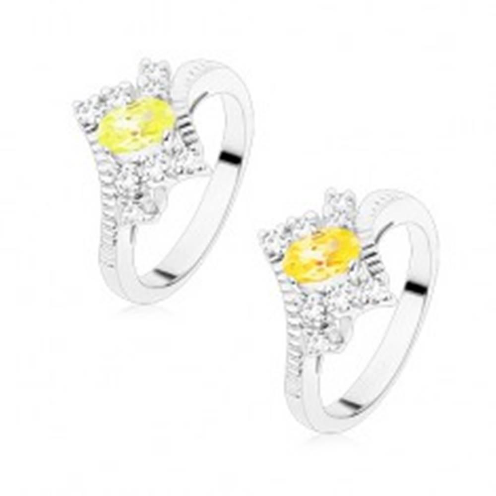 Šperky eshop Prsteň v striebornom odtieni s vrúbkovanými ramenami, farebný ovál, číre zirkóny - Veľkosť: 49 mm, Farba: Svetlozelená