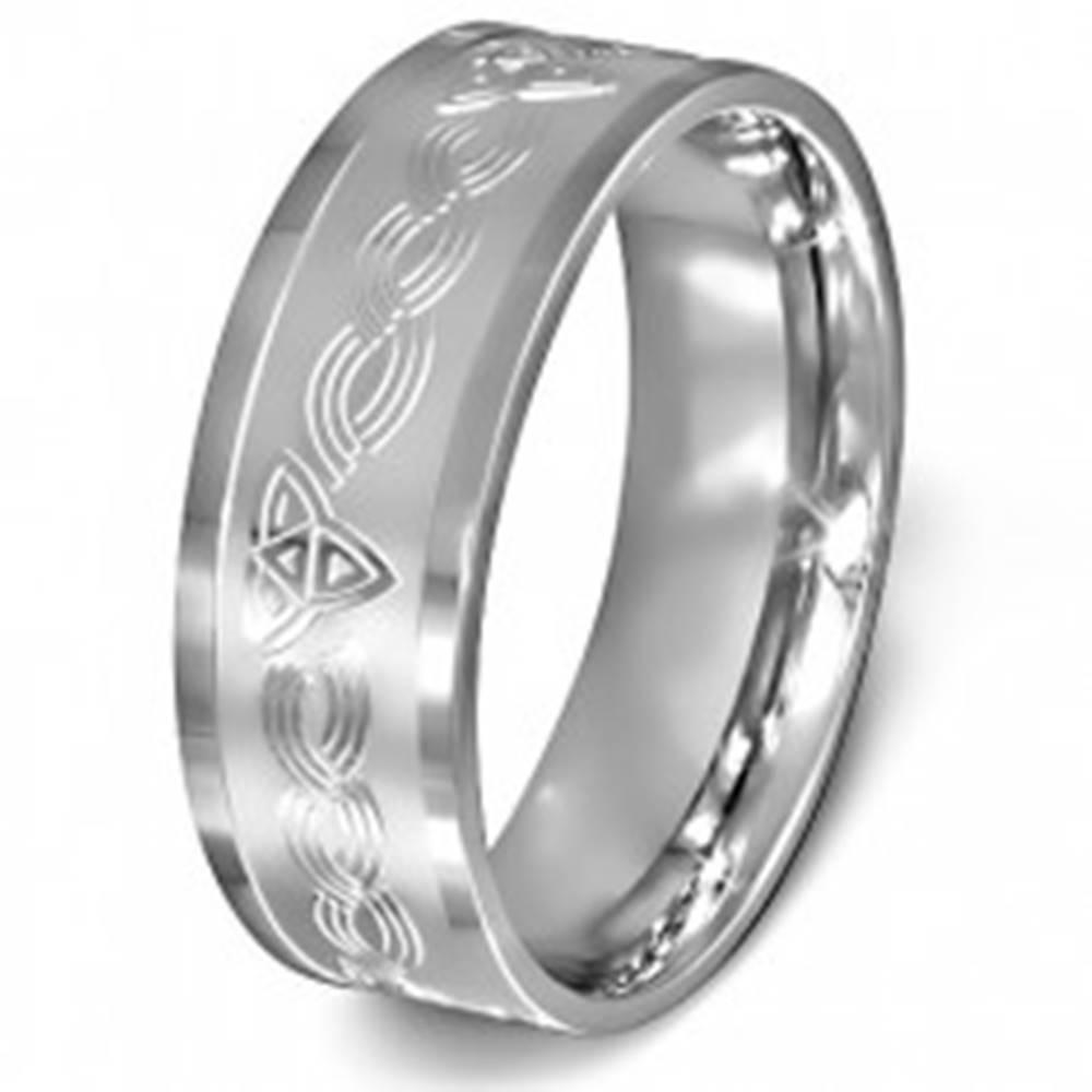 Šperky eshop Prsteň z chirurgickej ocele - keltský uzol na matnom pozadí striebornej farby - Veľkosť: 54 mm