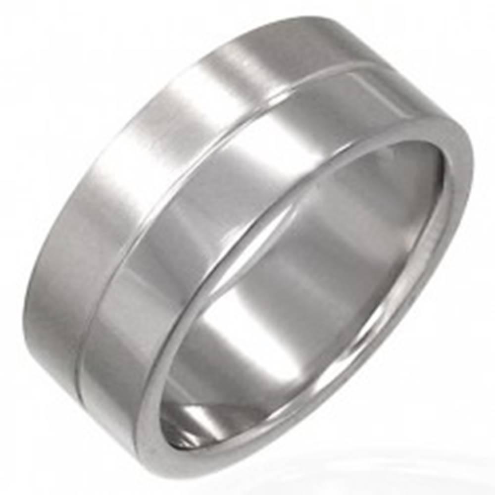 Šperky eshop Prsteň z chirurgickej ocele s prúžkom v strede - Veľkosť: 53 mm