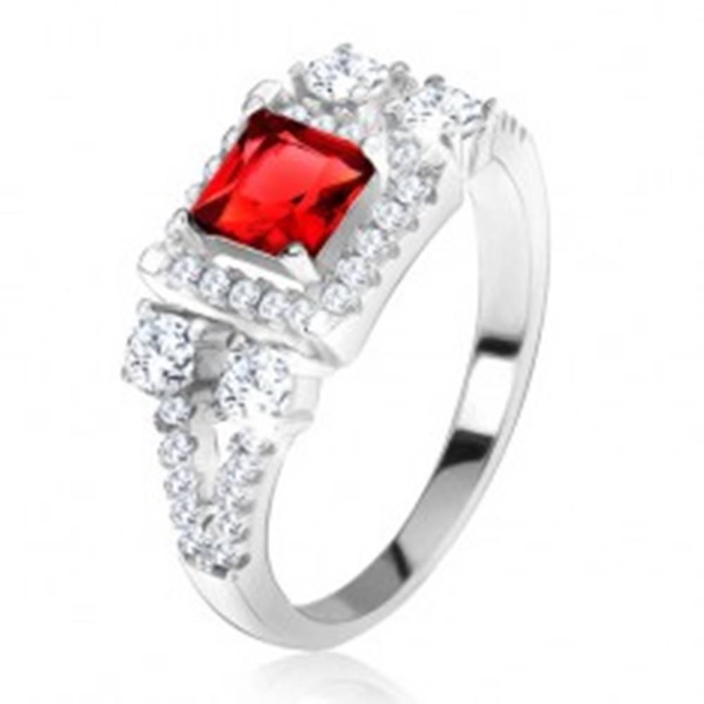 """Šperky eshop Prsteň zo striebra 925, červený štvorcový kameň, zirkónové """"V"""" - Veľkosť: 49 mm"""