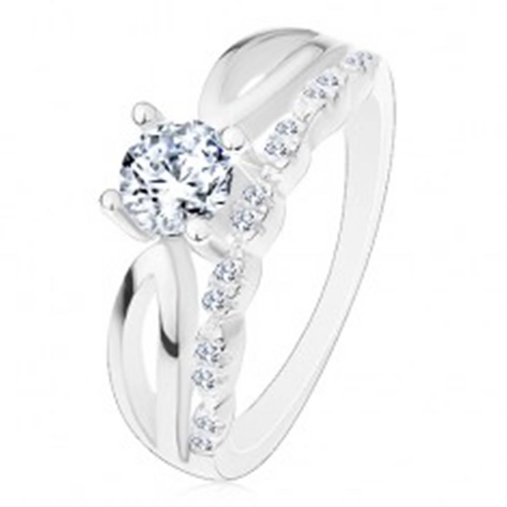 Šperky eshop Prsteň zo striebra 925 - zásnubný, výrezy na ramenách, zirkón a trblietavá línia - Veľkosť: 50 mm