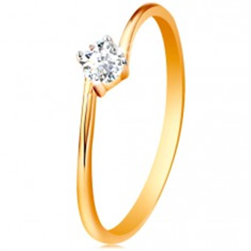 Šperky eshop Prsteň zo žltého 14K zlata - okrúhly číry zirkón uchytený medzi koncami ramien - Veľkosť: 49 mm