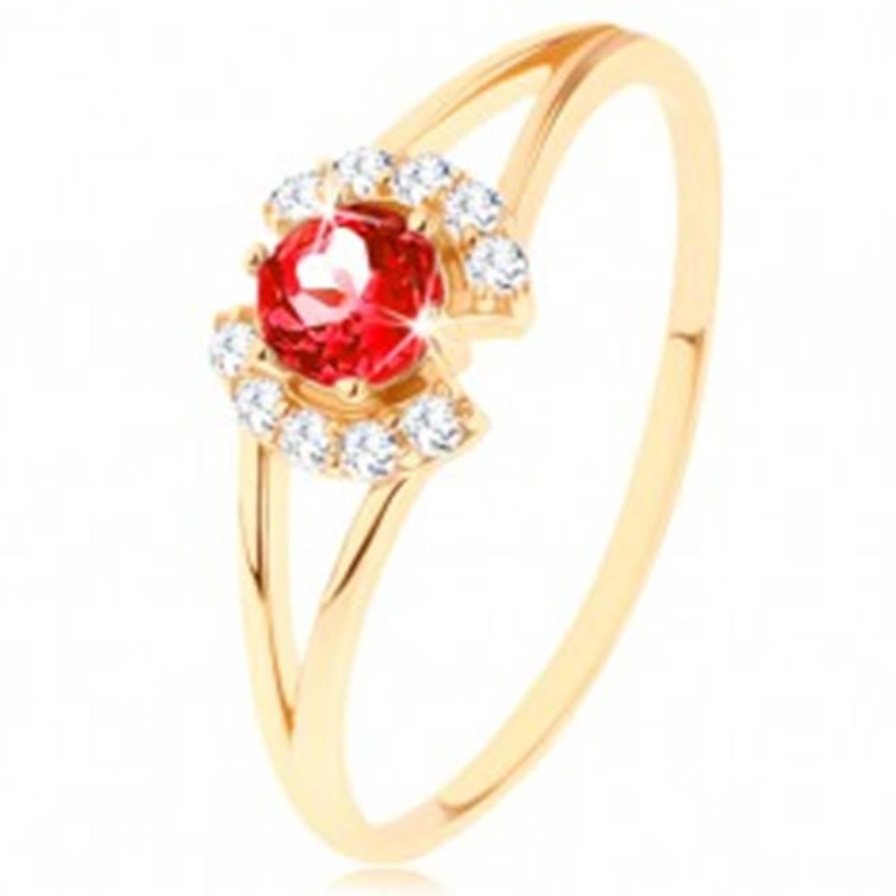 Šperky eshop Prsteň zo žltého 9K zlata - okrúhly červený granát medzi čírymi oblúčikmi - Veľkosť: 49 mm
