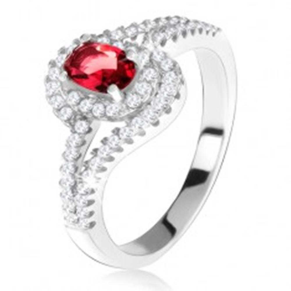 Šperky eshop Strieborný 925 prsteň, červený kameň s lemom, zvlnené zirkónové ramená - Veľkosť: 49 mm