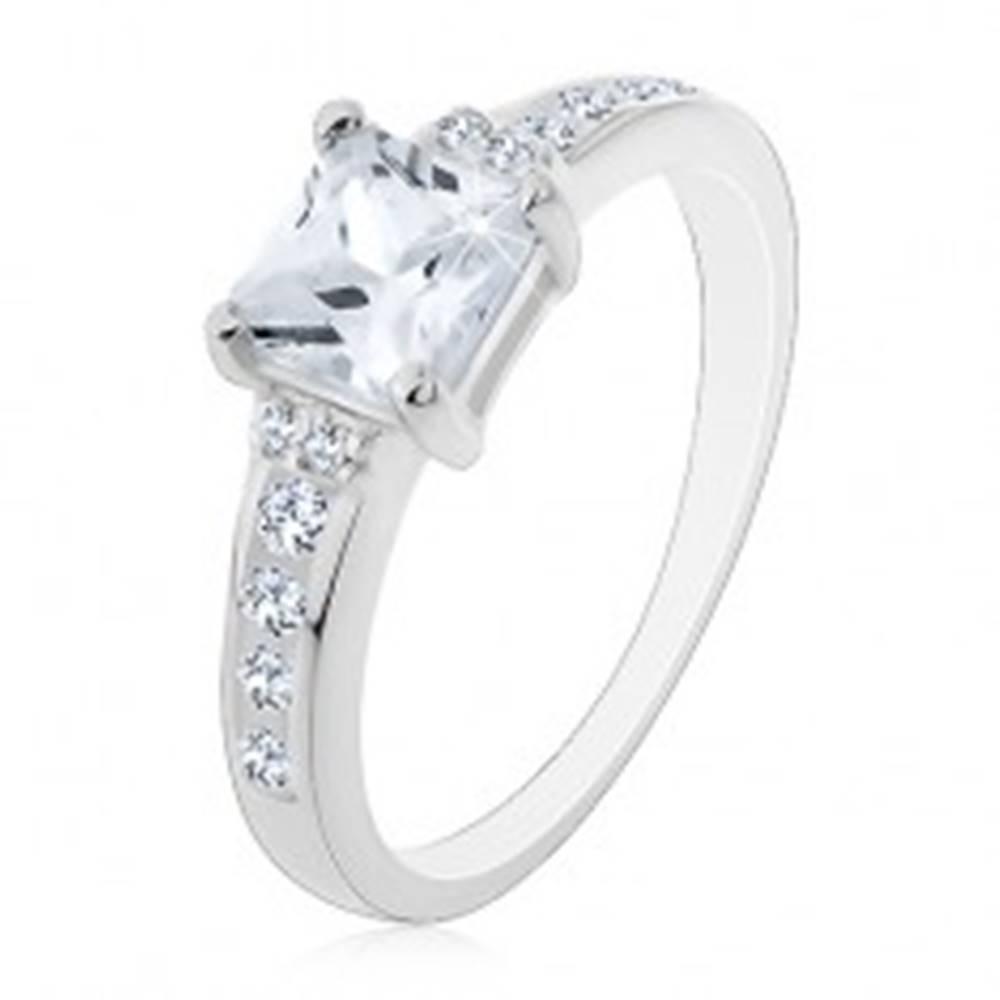 Šperky eshop Strieborný prsteň 925 - štvorcový zirkón a zirkóniky po bokoch - Veľkosť: 49 mm