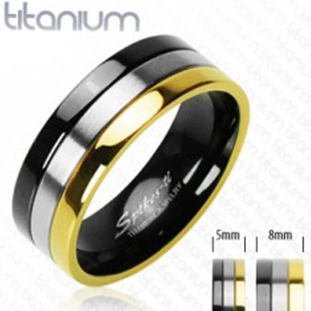 Šperky eshop Titánové obrúčky s pruhom v ónyxovej, striebornej a zlatej farbe - Veľkosť: 49 mm