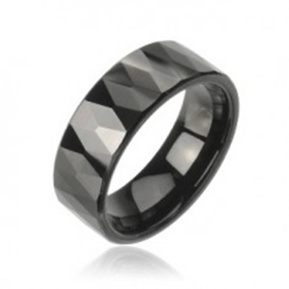Šperky eshop Tungstenový prsteň so vzorom brúsených čiernych kosoštvorcov - Veľkosť: 49 mm