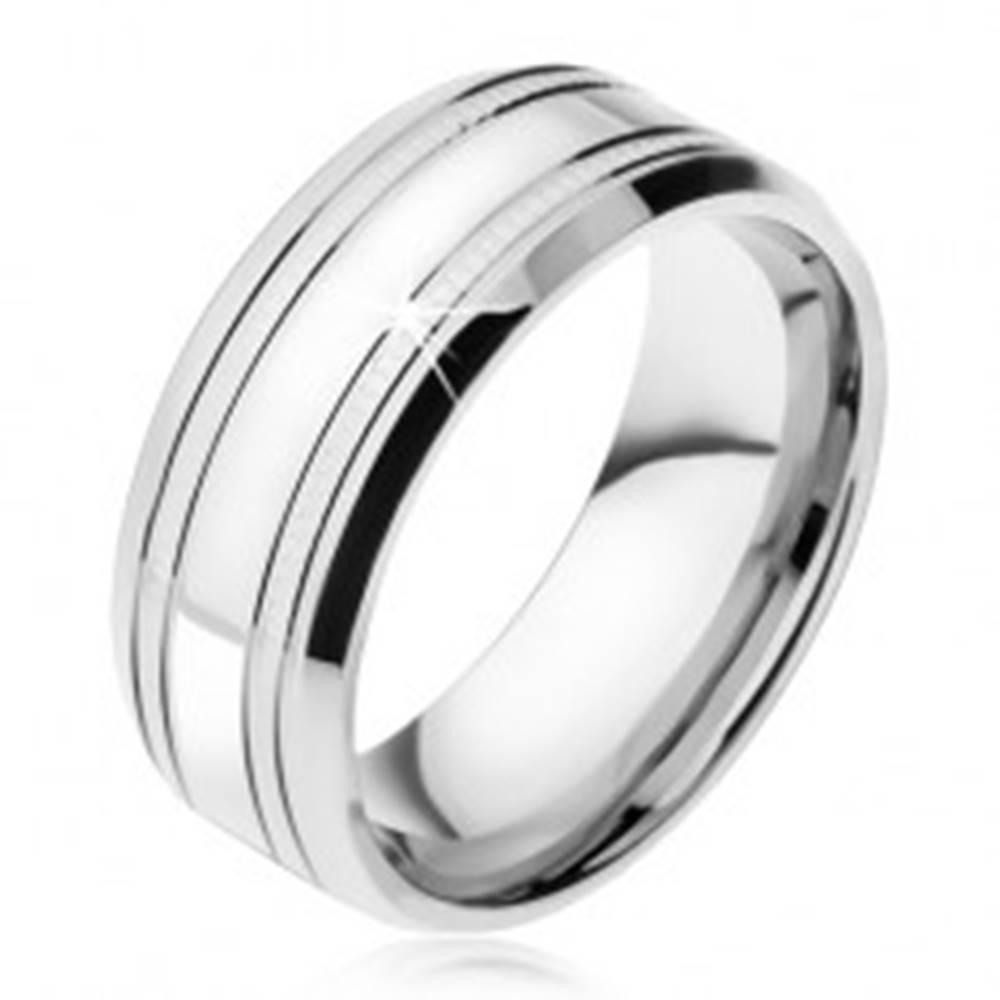 Šperky eshop Zrkadlovolesklá oceľová obrúčka striebornej farby, dva tenké ryhované pásy - Veľkosť: 57 mm