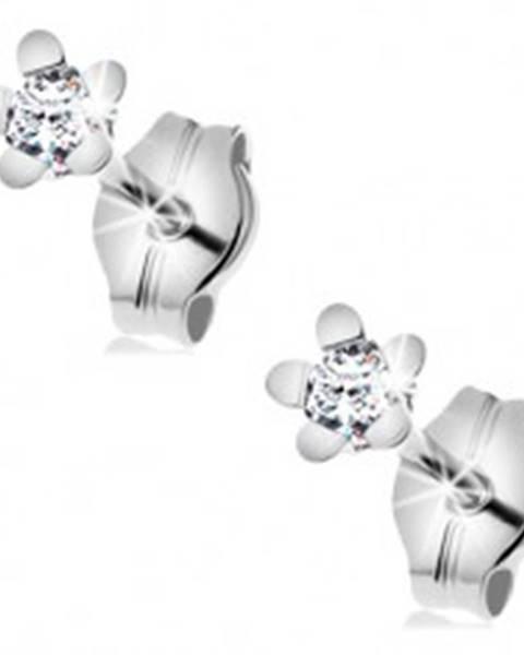 Šperky eshop Náušnice z bieleho 14K zlata - trblietavý kvietok s lesklými lupeňmi