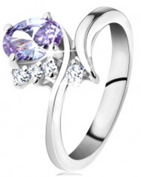 Šperky eshop Prsteň so svetlofialovým oválom a zahnutými ramenami, tri číre zirkóniky - Veľkosť: 48 mm