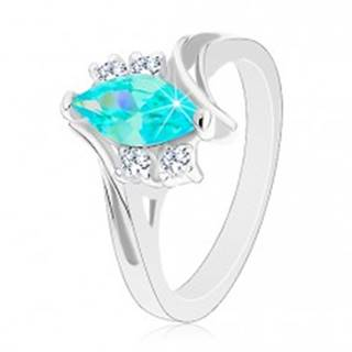 Lesklý prsteň so zárezom, akvamarínové zrnko, dvojice čírych zirkónikov - Veľkosť: 49 mm