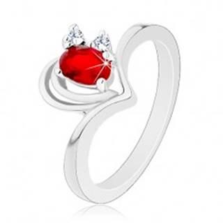 Lesklý prsteň v striebornej farbe, obrys srdiečka, červeno-číre zirkóniky - Veľkosť: 48 mm
