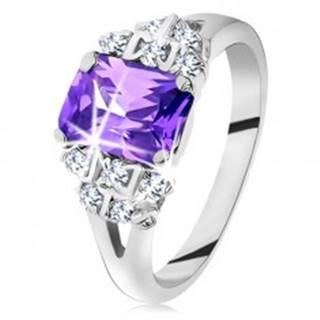 Prsteň - strieborná farba, brúsený fialový zirkón, trblietavé číre zirkóniky - Veľkosť: 49 mm