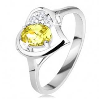 Trblietavý prsteň s obrysom srdca, zelenožltý oválny zirkón, tri číre zirkóniky - Veľkosť: 49 mm