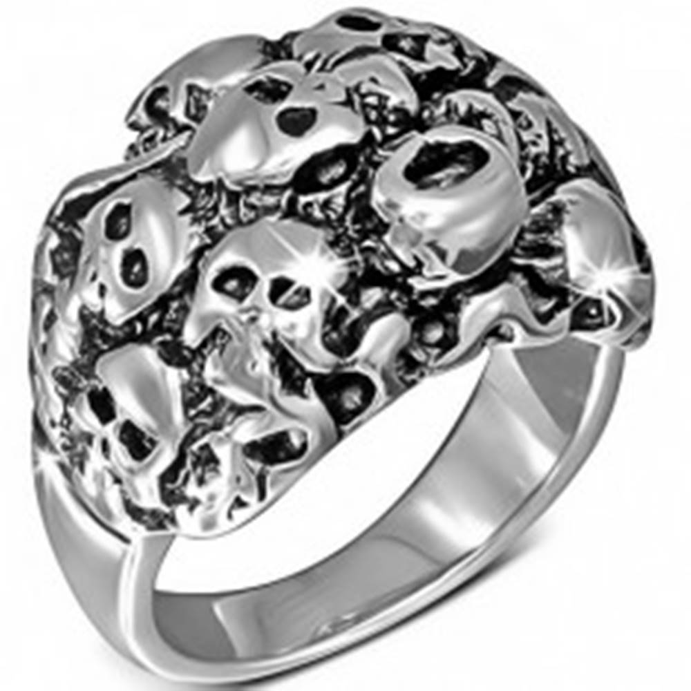 Šperky eshop Lesklý oceľový prsteň striebornej farby - zhluk lebiek - Veľkosť: 54 mm