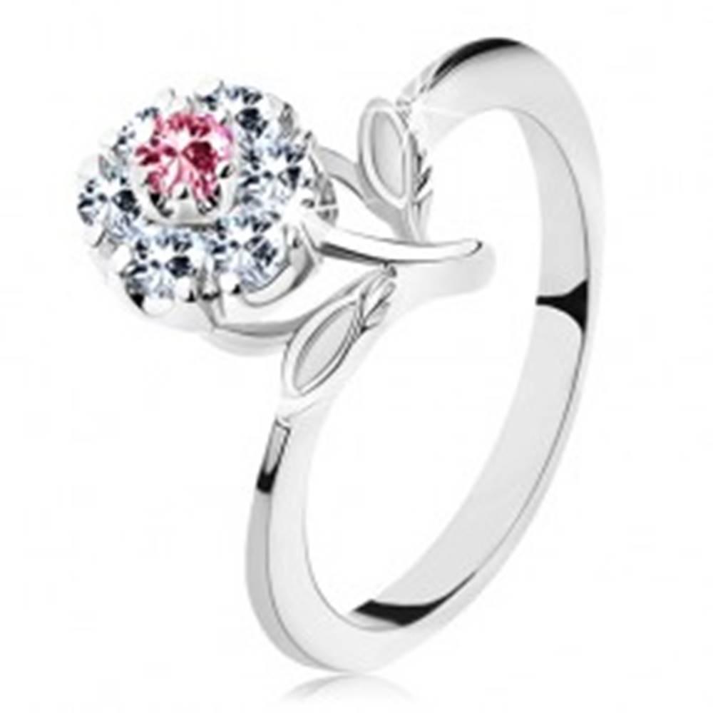 Šperky eshop Lesklý prsteň s ružovo-čírym zirkónovým kvietkom, stonka s lístkami - Veľkosť: 53 mm
