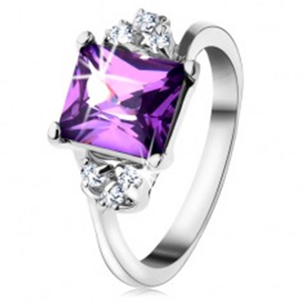 Šperky eshop Lesklý prsteň so striebornou farbou, obdĺžnikový fialový zirkón, drobné zirkóniky  - Veľkosť: 48 mm