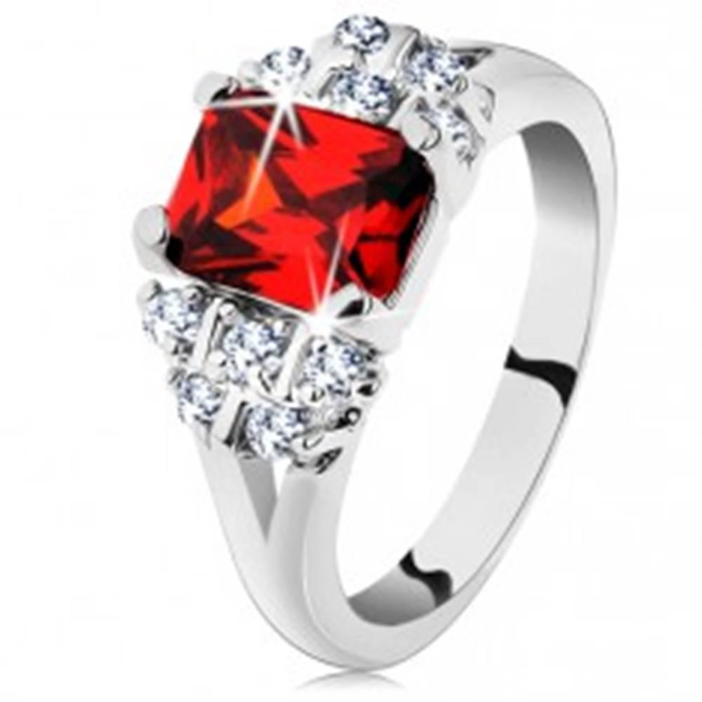 Šperky eshop Lesklý prsteň so strieborným odtieňom, tmavooranžový obdĺžnikový zirkón - Veľkosť: 48 mm