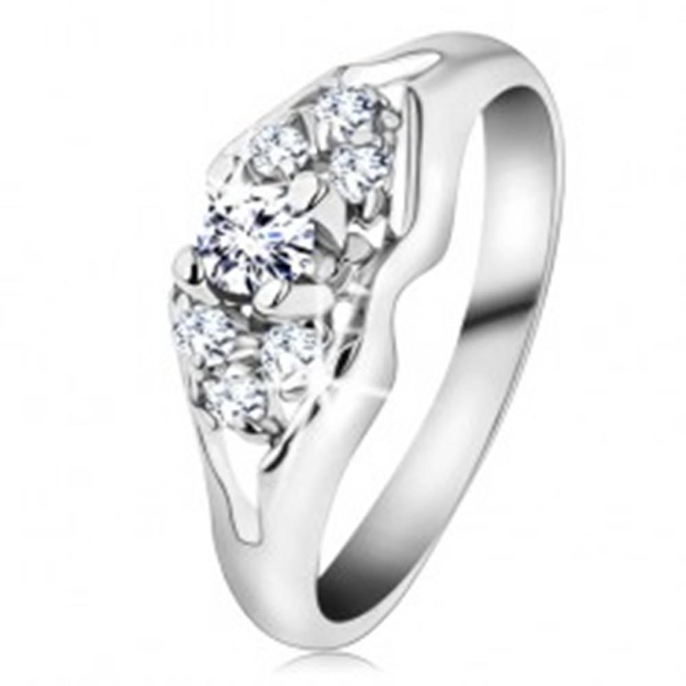 Šperky eshop Ligotavý prsteň v striebornej farbe, brúsené číre zirkóny, rozdelené ramená - Veľkosť: 48 mm