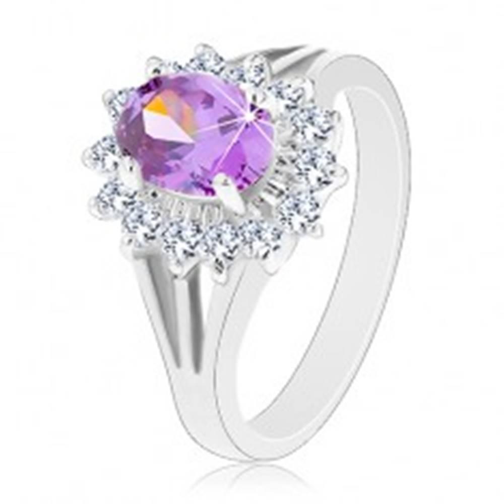 Šperky eshop Ligotavý prsteň v striebornej farbe, fialový ovál, priezračná zirkónová obruba - Veľkosť: 50 mm