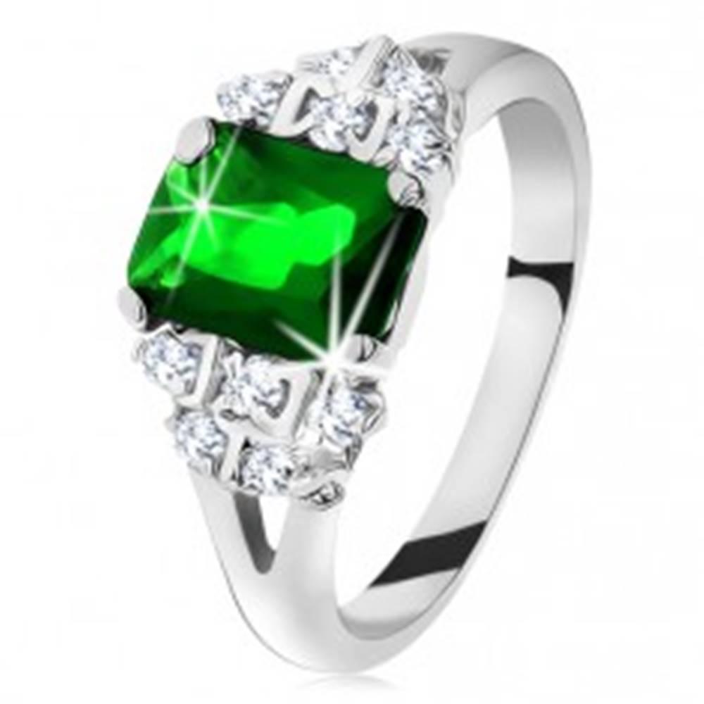 Šperky eshop Ligotavý prsteň v striebornej farbe, smaragdovo zelený zirkón, rozdelené ramená - Veľkosť: 49 mm
