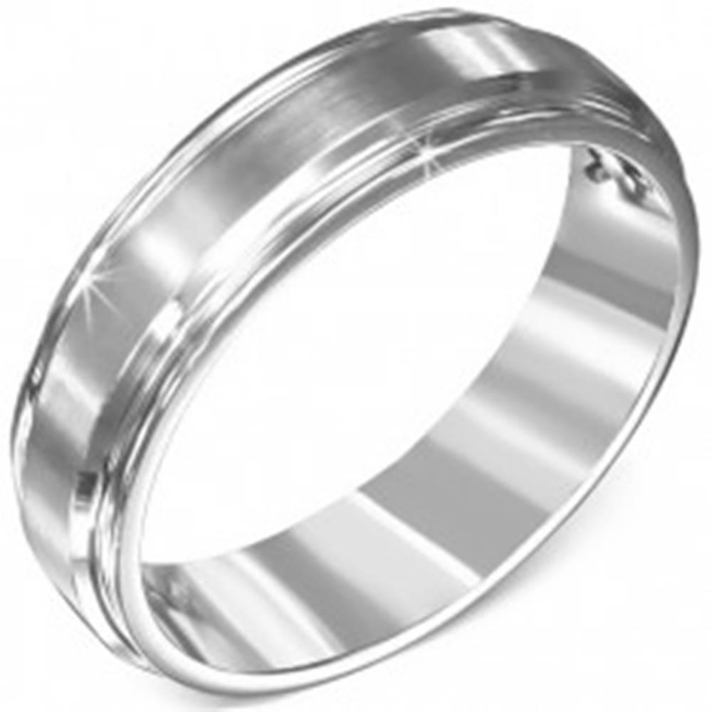 Šperky eshop Obrúčka z chirurgickej ocele - vyvýšený matný stredový pás, dva žliabky - Veľkosť: 54 mm