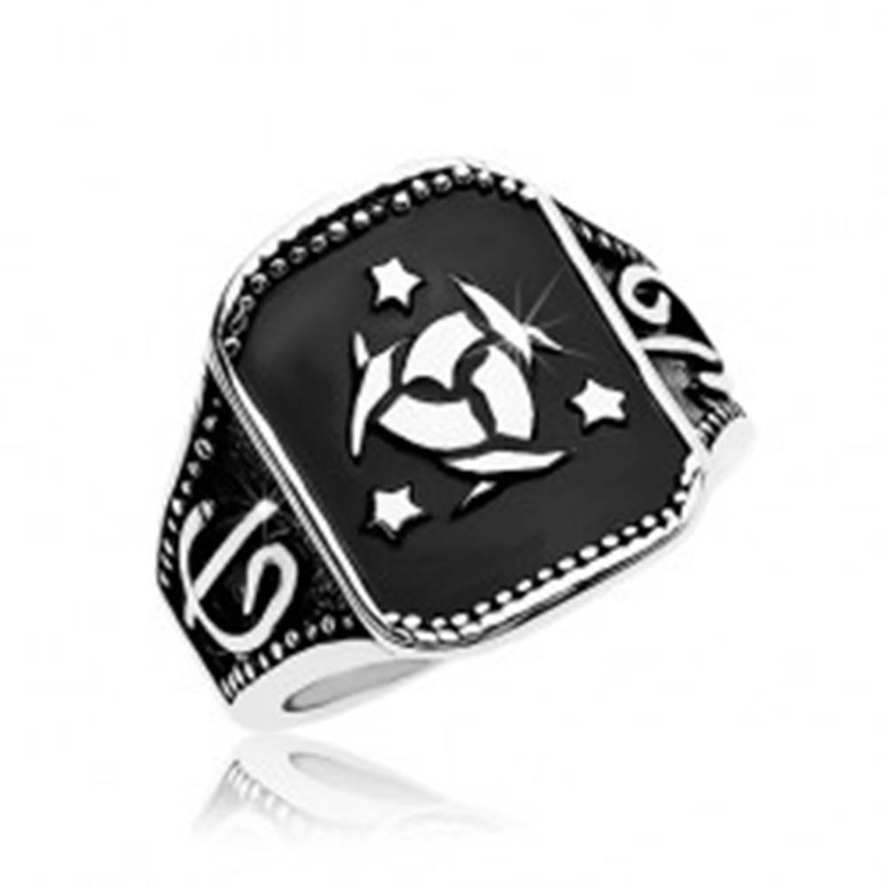Šperky eshop Oceľový prsteň, čierny obdĺžnik s keltským uzlom a tromi hviezdami - Veľkosť: 57 mm