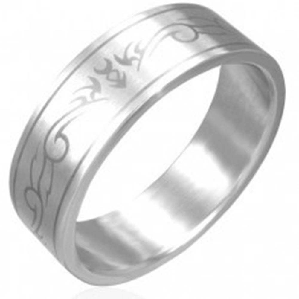 Šperky eshop Oceľový prsteň - matný povrch, kmeňový motív - Veľkosť: 56 mm