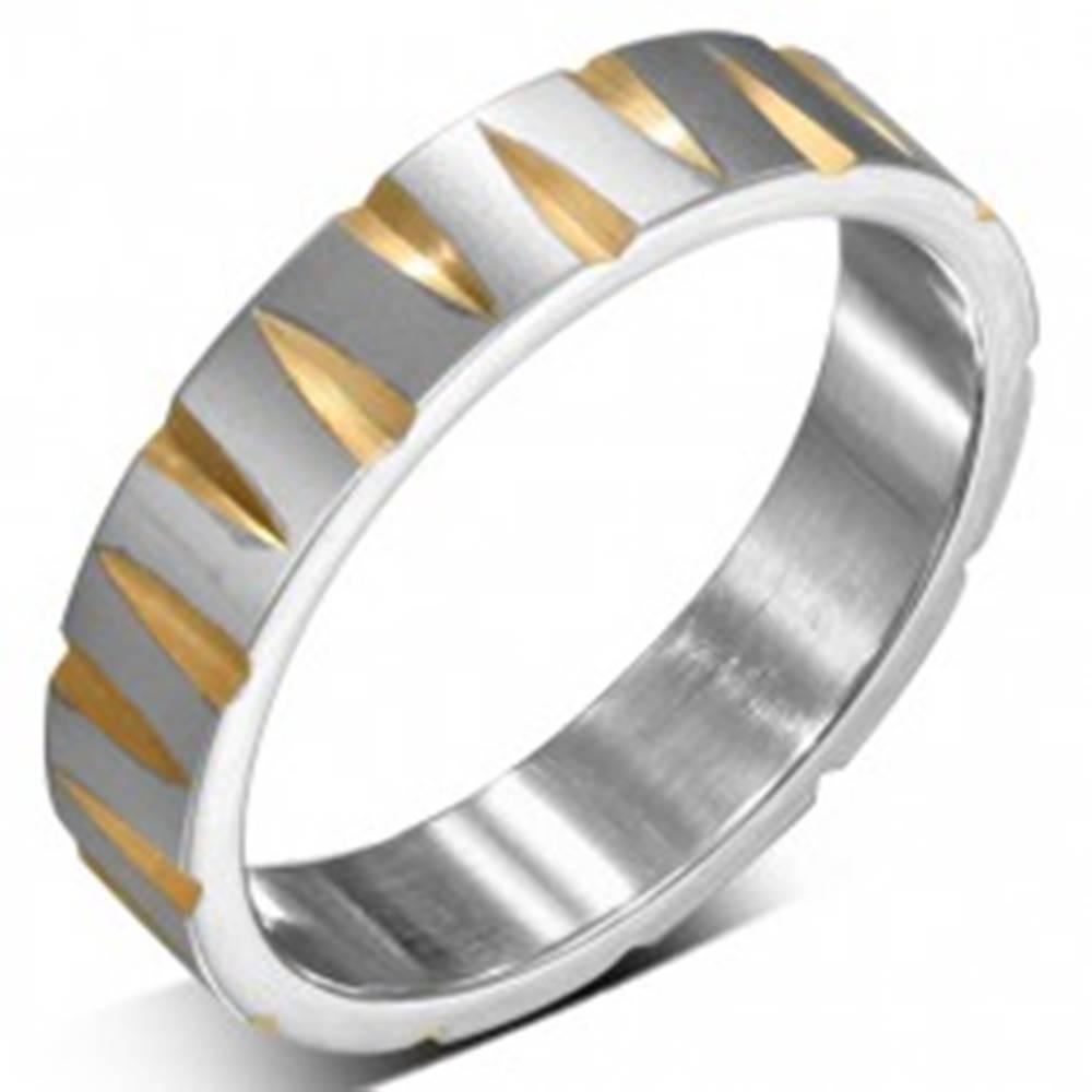 Šperky eshop Oceľový prsteň striebornej farby so zárezmi v zlatej farbe - Veľkosť: 52 mm