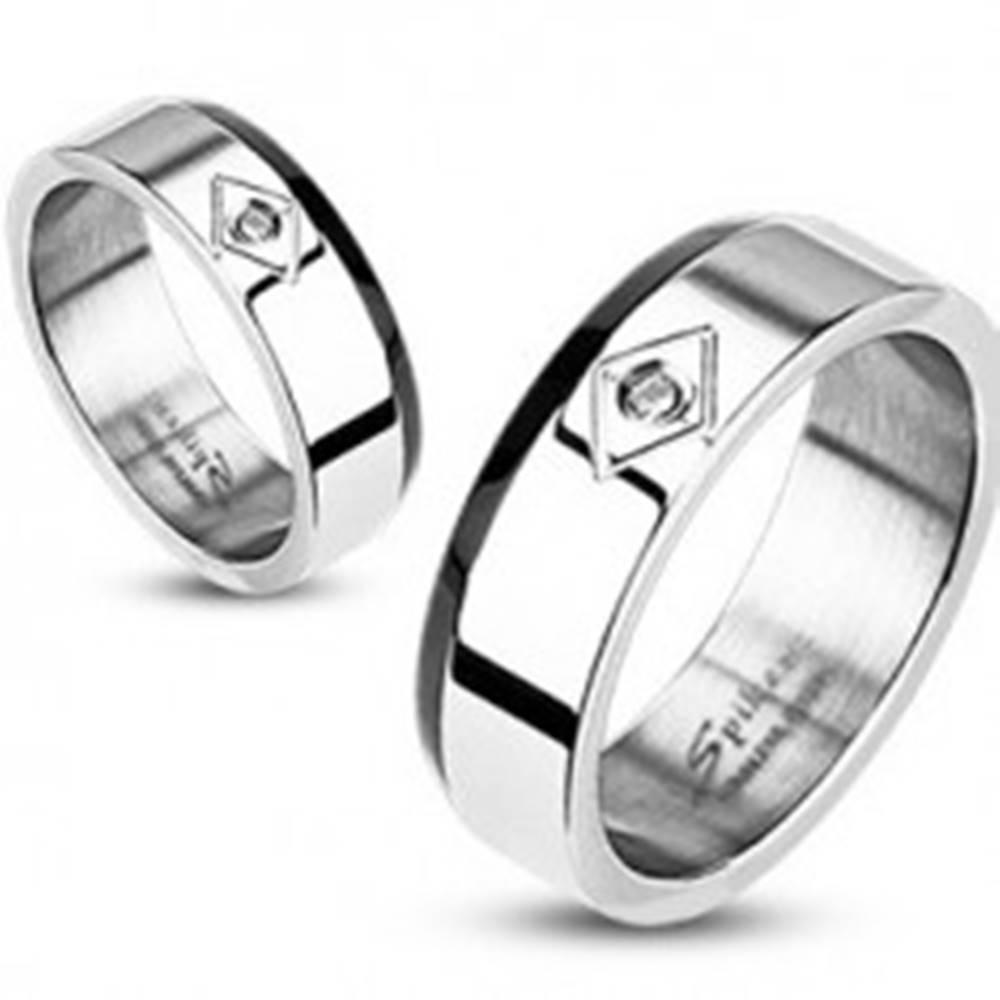 Šperky eshop Oceľový prsteň - zrezaný čierny pás, zirkón v kosoštvorci - Veľkosť: 49 mm