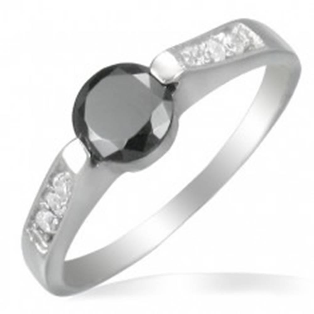 Šperky eshop Oceľový zásnubný prsteň s čiernym očkom - Veľkosť: 50 mm