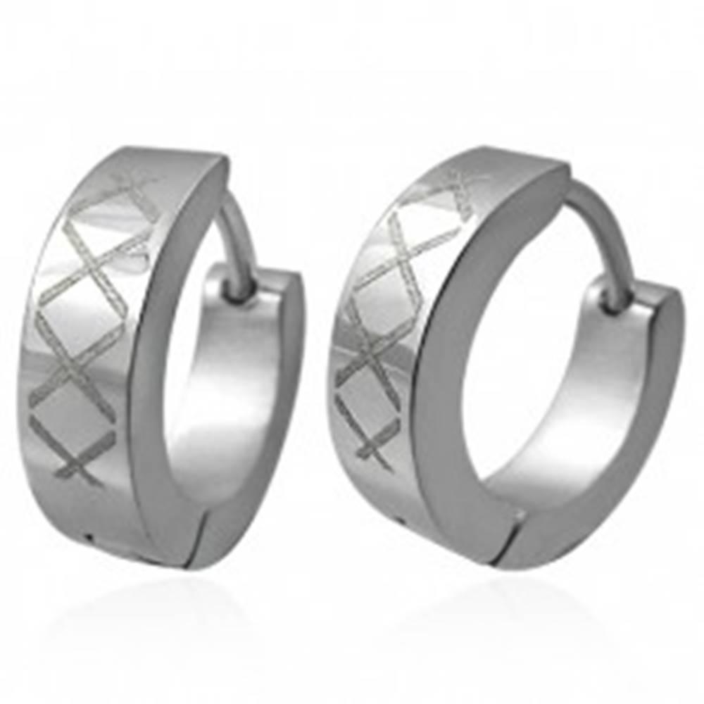 Šperky eshop Okrúhle oceľové náušnice s kosoštvorcovým vzorom