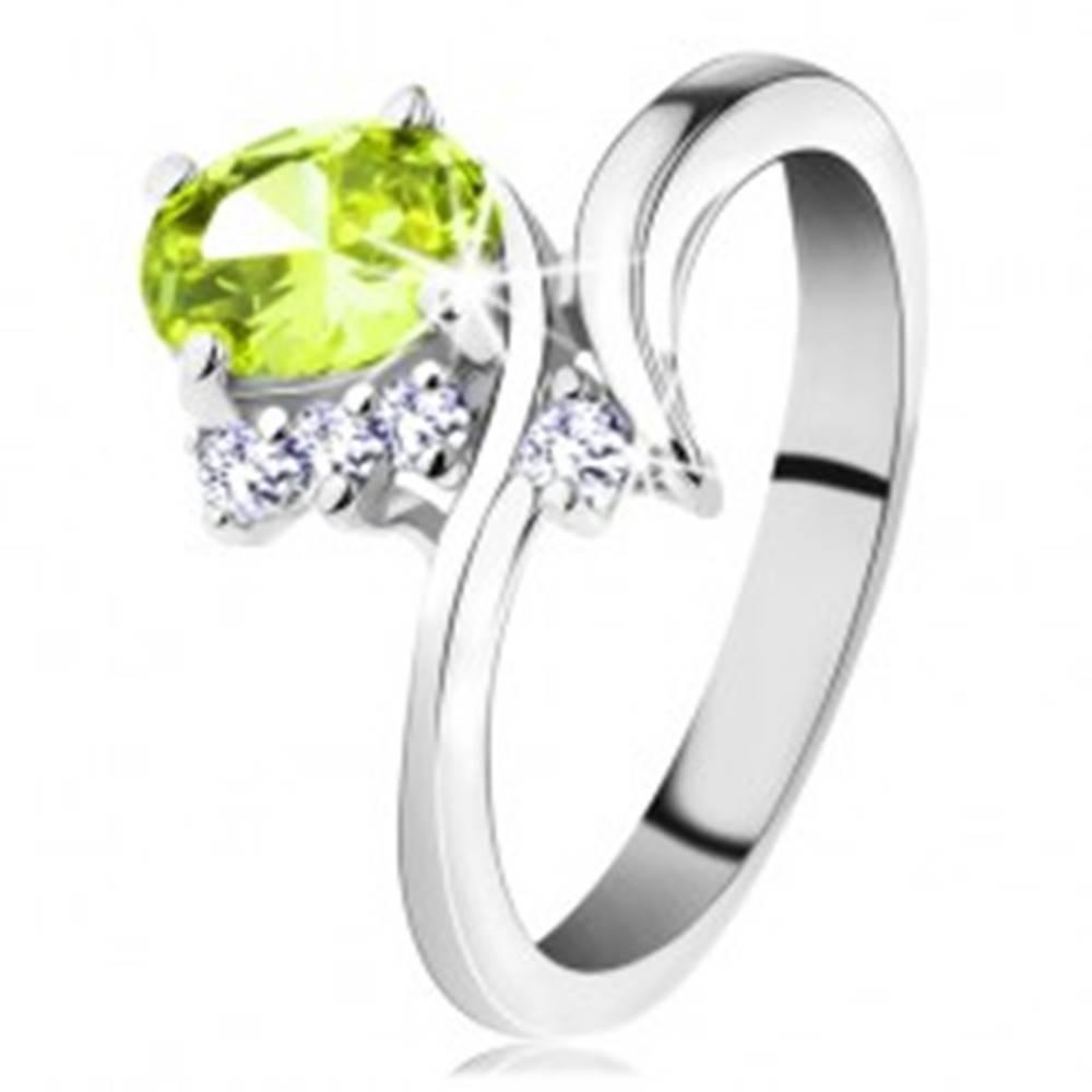 Šperky eshop Prsteň so zahnutými ramenami, brúsené zirkóny vo svetlozelenej a čírej farbe - Veľkosť: 48 mm