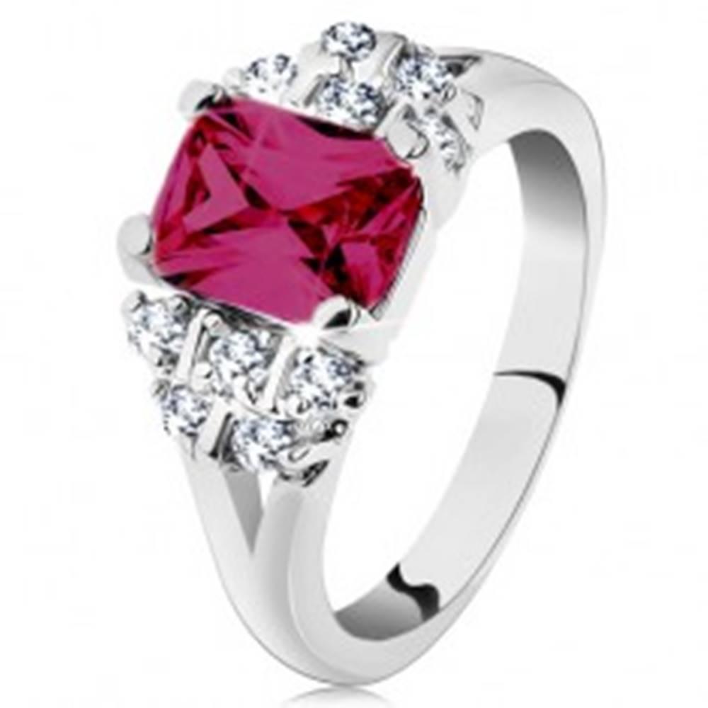 Šperky eshop Prsteň v striebornom odtieni, ružový zirkónový obdĺžnik, číre zirkóniky - Veľkosť: 48 mm