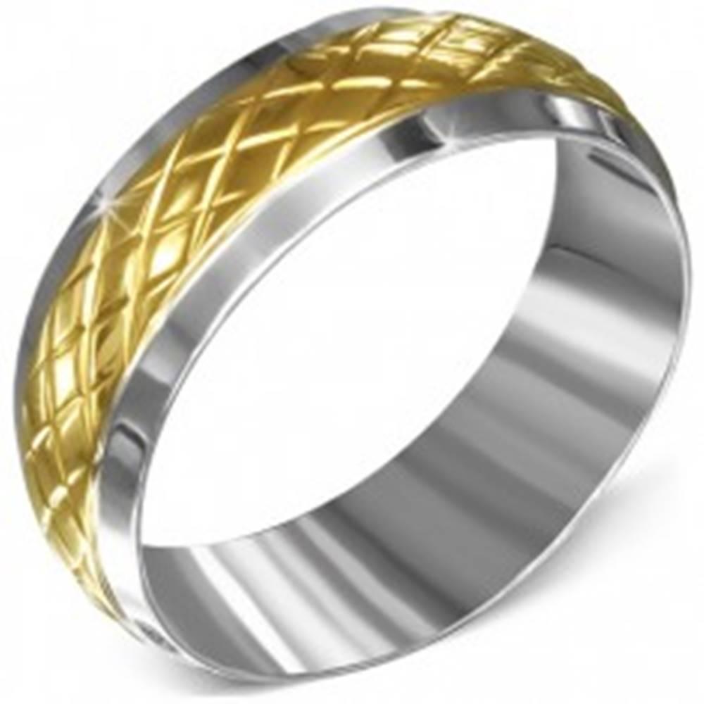 Šperky eshop Prsteň z chirurgickej ocele, striebornej farby s kosoštvorcovým pásom zlatej farby - Veľkosť: 55 mm