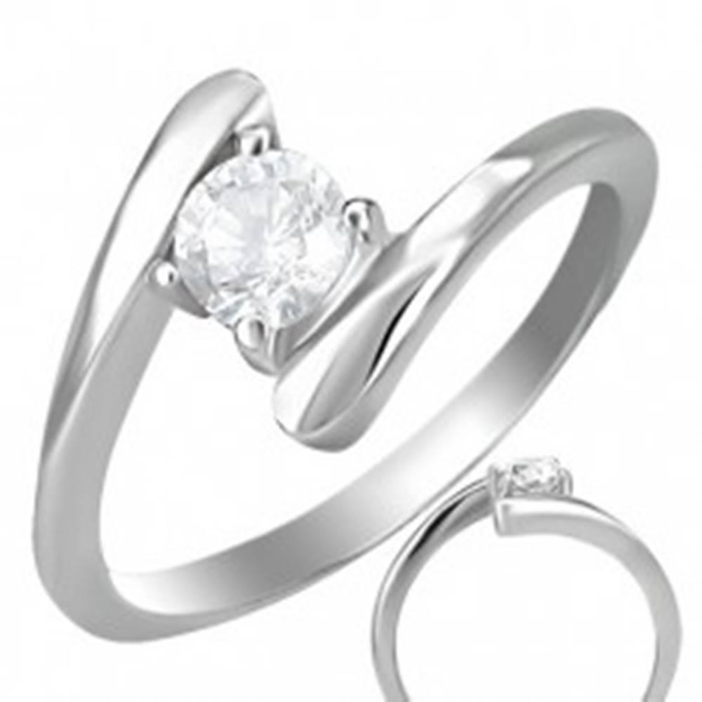 Šperky eshop Snubný prsteň - okrúhly zirkón uchytený medzi koncami prsteňa - Veľkosť: 49 mm