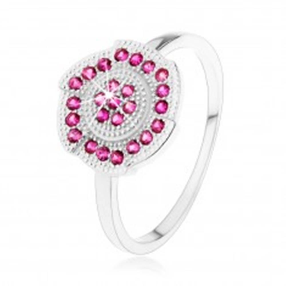 Šperky eshop Strieborný 925 prsteň, gravírovaný kvietok zdobený ružovými zirkónikmi - Veľkosť: 50 mm