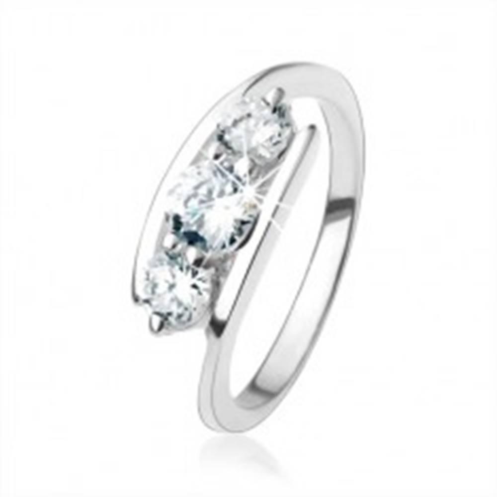 Šperky eshop Strieborný prsteň 925, číre zirkóny uchytené medzi koncami ramien - Veľkosť: 49 mm